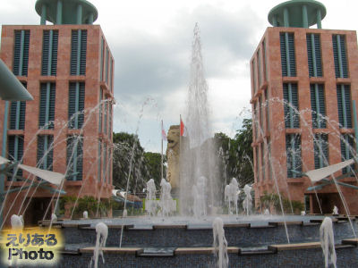 リゾート・ワールド・セントーサ(Resorts World Sentosa)からマーライオンを望む
