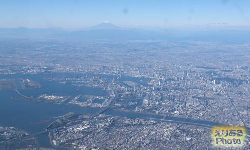 空から富士山と東京の街並み等