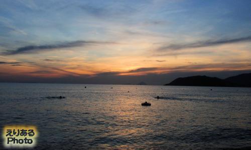 ベトナム・ニャチャンのビーチから見た朝陽