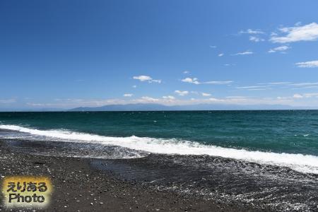 三保の松原から伊豆半島を望む