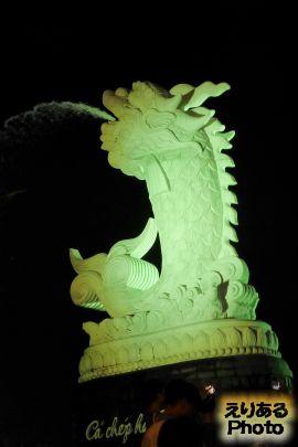 ライトアップされた鯉の滝登り像(Dragon Carp)