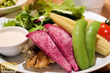 彩り野菜と鮭の唐揚げサラダ仕立て~バーニャカウダーソース~@丸の内タニタ食堂